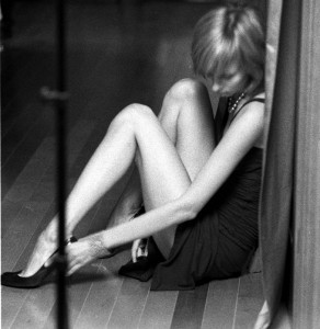 девушка на полу грустит